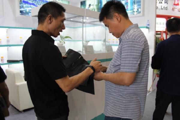 麦吉高分子皮革化工团队这广州皮展中积极向客户介绍产品